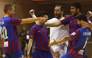 Milán celebrando un tanto con compañeros de equipo