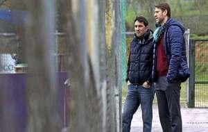 Braulio Vázquez y Carlos Suárea conversan durante un entrenamiento