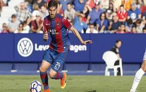 Campaña conduce el balón durante un partido en el Ciutat de Valencia