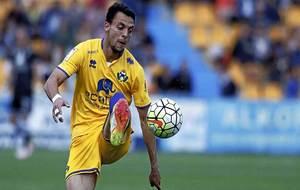 Óscar Plano controla un balón durante un partido en Santo Domingo