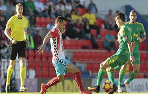 Joselu durante el partido ante el Cádiz en presencia del colegiado...