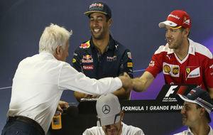 Charlie Whiting saludando a Sebastian Vettel durante la rueda de...