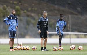 José Luis Martí junto a Jouini y Amath en un entrenamiento del...