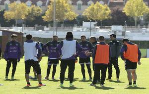 Paco Herrera se dirige a sus jugadores en un entrenamiento del...