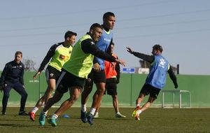Armando y Josete pugnan por ganar la posición durante un...