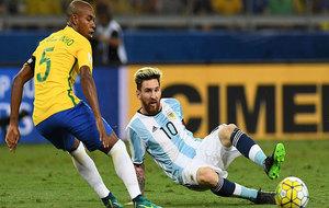Fernandinho observa como Messi se resbala y pierde el balón.