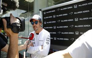 Alonso responde a los periodistas en el GP de Brasil.