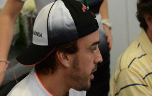 Alonso, de perfil y con la visera hacia atrás en el GP de Brasil.
