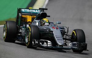 Hamilton pilota su Mercedes en los primeros libres del GP de Brasil.