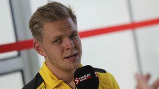 El todavía piloto de Renault Kevin Magnussen atiende a los...