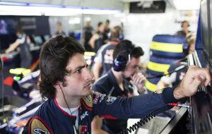 Carlos Sainz, en el box de Toro Rosso, durante los libre de hoy en...