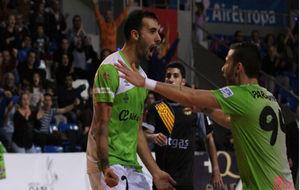 Carlitos y Paradynski celebran uno de los goles del Palma ante el...