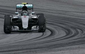 Rosberg pilota su Mercedes durante la tercera sesión de...
