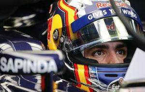 Carlos Sainz, en su coche, antes de salir a pista.