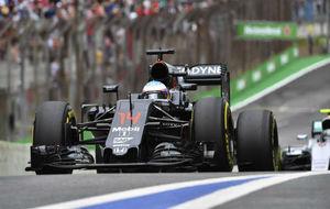 Alonso pilota su McLaren en el Autódromo José Carlos Pace de...