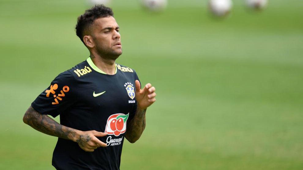 Alves, entrenando con Brasil.