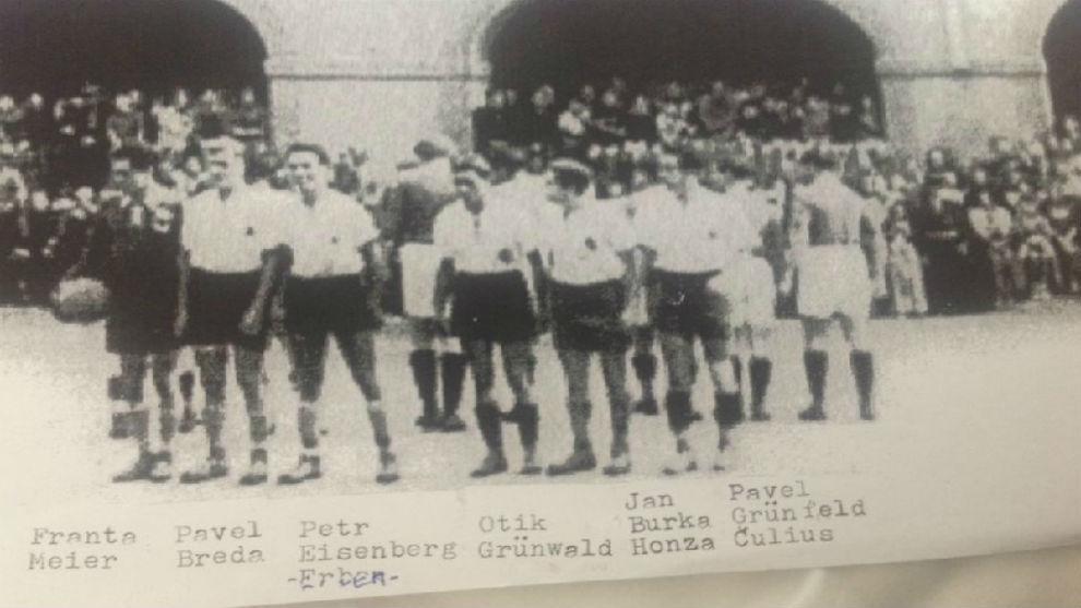 Fotografía de Erben y sus compañeros de equipo en el gueto judío de...