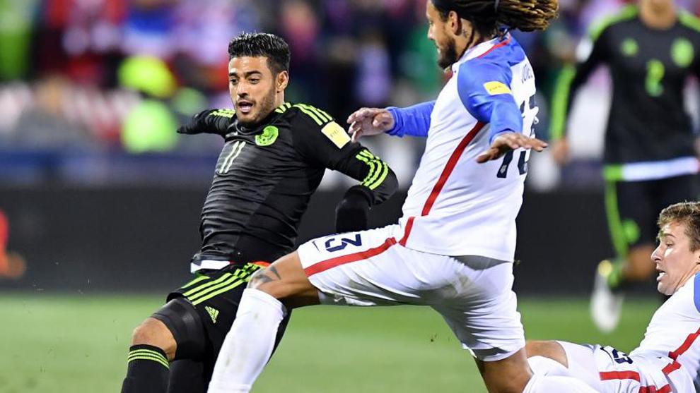 Carlos Vela lucha un balón