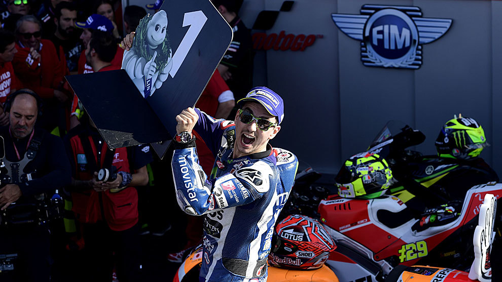 Jorge Lorenzo levanta un cartel con el número uno