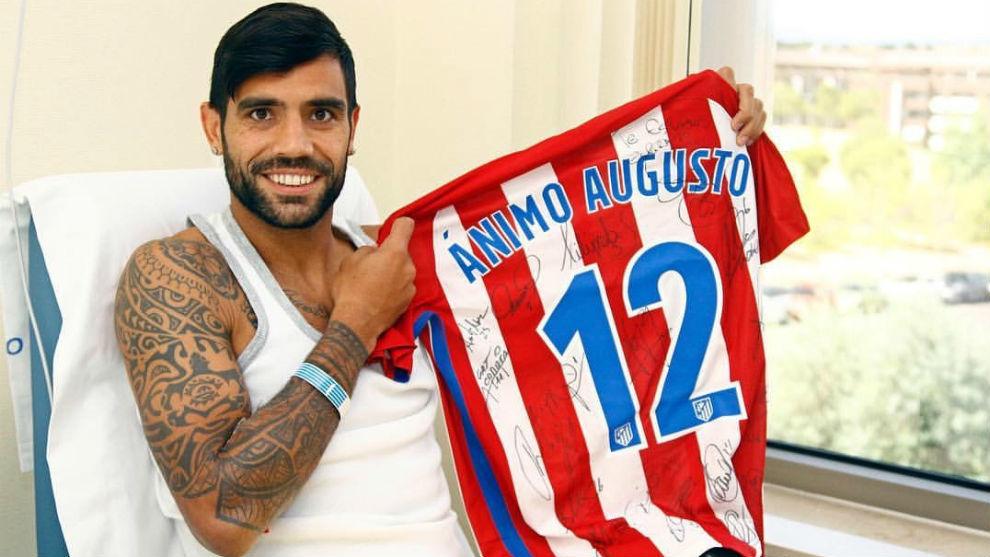 Augusto recibiendo una camiseta de apoyo de sus compañeros