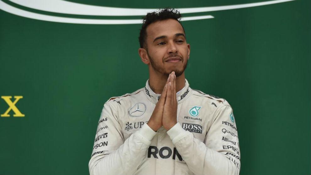 Hamilton, en el podio de Interlagos tras ganar el GP de Brasil.
