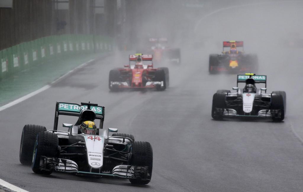 Hamilton lidera sobre Rosberg en un momento del GP de Brasil.