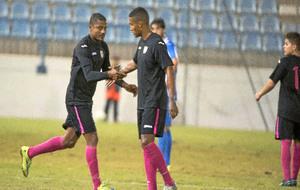 Catanha y su hijo se dan la mano sobre el césped en el partido ante...