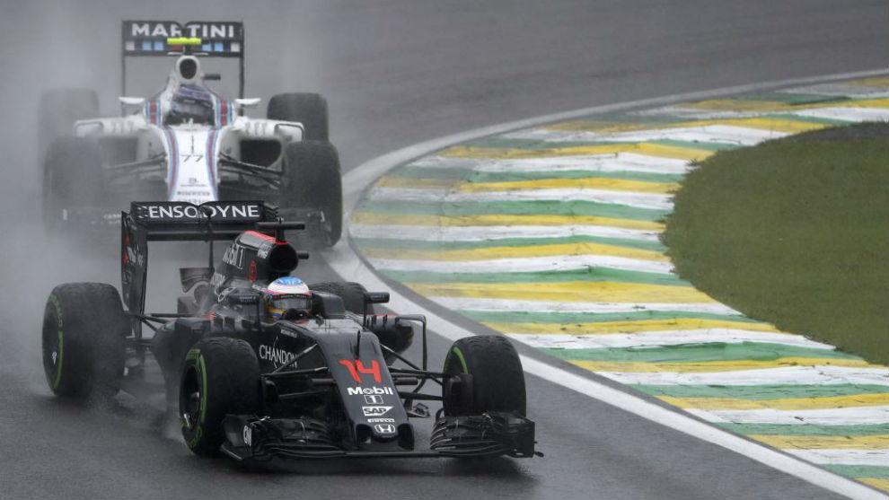 Alonso rueda delante de Valtteri Bottas después de adelantarlo en la...