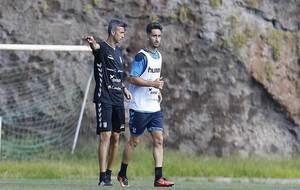 José Luis Martí da instrucciones a Omar Perdomo en un entrenamiento...