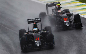 Alonso deja atrás a Button tras adelantarlo en la vuelta 57.