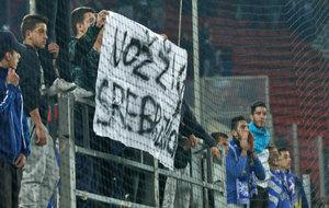 Un aficionado griego muestra la ofensiva pancarta