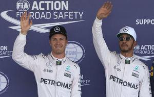 Hamilton y Rosberg saludan después de copar la primera fila de la...