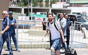 Messi arrastra una maleta con la equipación de la...