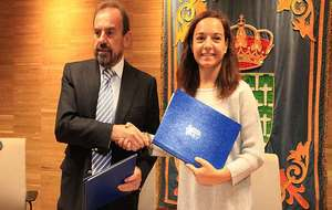 La alcaldesa y el presidente se saludan tras la firma del convenio