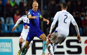 Robben se interna entre dos jugadores luxemburgeses