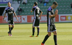 Los jugadores del Valladolid se lamentan, en el partido ante el Elche.