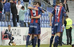 Los jugadores del Huesca celebran un gol ante el Oviedo.
