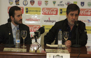 Carlos González, junto a su hijo Alejandro, en sala de prensa.