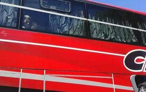 Sólo Messi saluda al público de San Juan desde el autobús de la...