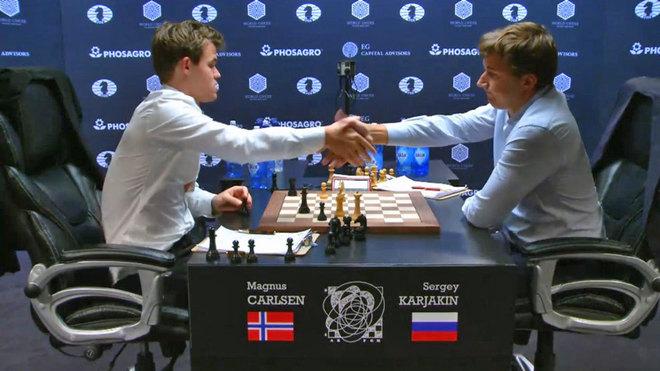 Carlsen y Karjakin en el momento de firmar las tablas tras casi siete...