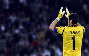 Iker Casillas, en el momento de ser cambiado en Wembley en el partido...