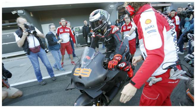 Lorenzo prueba la Ducati por primera vez en Cheste.