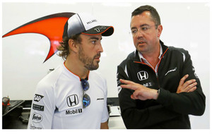 Boullier y Alonso conversan en el Circuito de Montmeló.