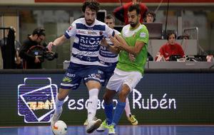Nano Modrego disputa un balón con Carlitos.