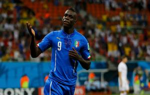 Balotelli celebra un gol con la selección italiana