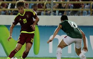 Rolf controla un balón en un encuentro ante Bolivia