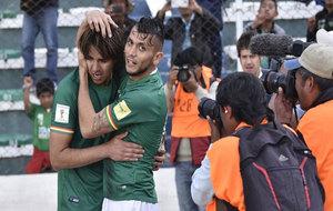 Martins y Duk celebran el tanto de Bolivia.
