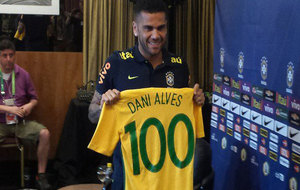 Alves posa con la camiseta del partido 100 con Brasil.