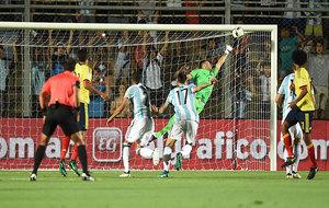 Momento exacto en el que Messi marca el gol de falta.