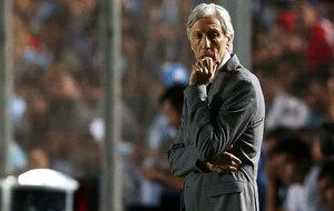 Pékerman observa durante el partido ante Argentina.